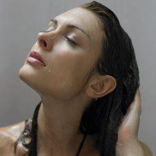 Na mokro czy sucho? Jak efektywnie myć włosy?
